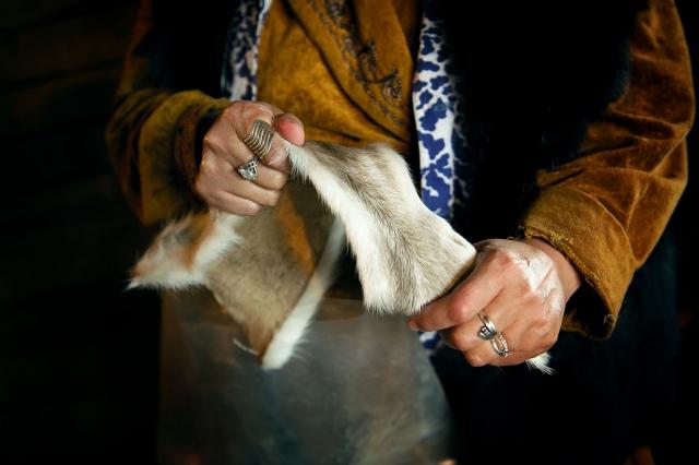 Жена Владимира шьет из камуса унты. К ней приходят заказы как от охотников, так и от городских жителей