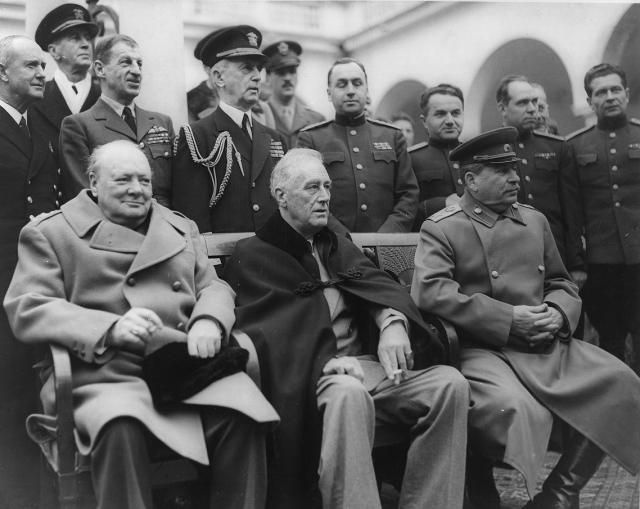Уинстон Черчилль, Франклин Рузвельт и Иосиф Сталин (слева направо) на Ялтинской конференции