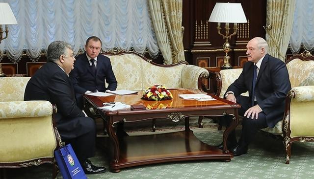 Александр Лукашенко проводит встречу с послом Азербайджана Латифом Гандиловым