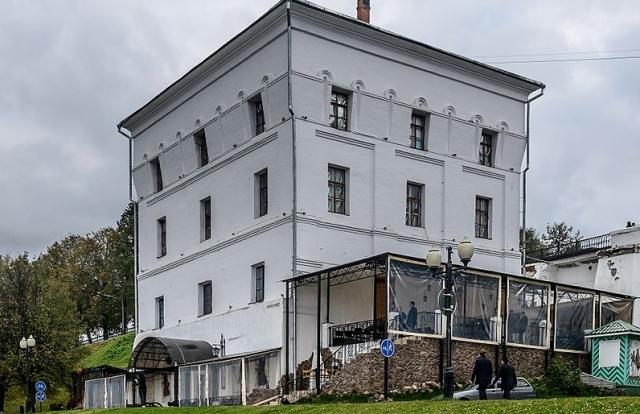 Минкульт требует убрать кафе-пристройку к Арсенальной башне в Ярославле