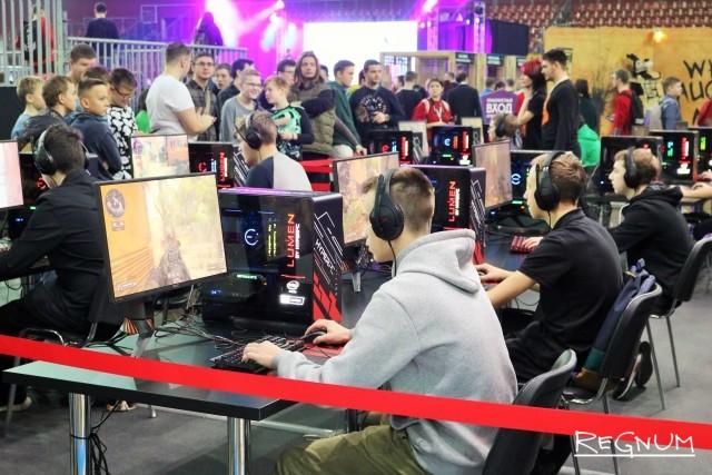 Геймеры играют в Call of Duty: Black Ops 4