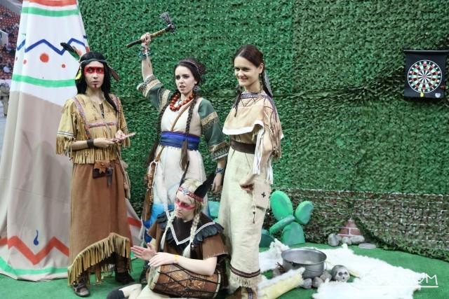 Девушки в образе коренных жителей Северной Америки