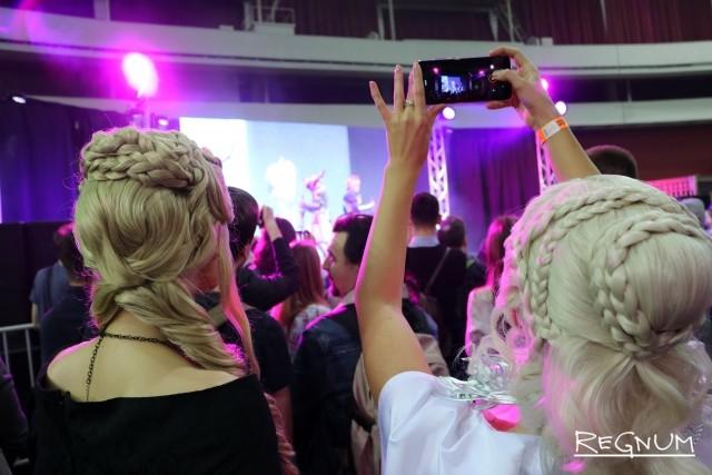 Дейенерис Таргариен фотографирует других участников косплей-ивента