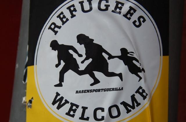 Плакат в европейском городе. Беженцы добро пожаловать