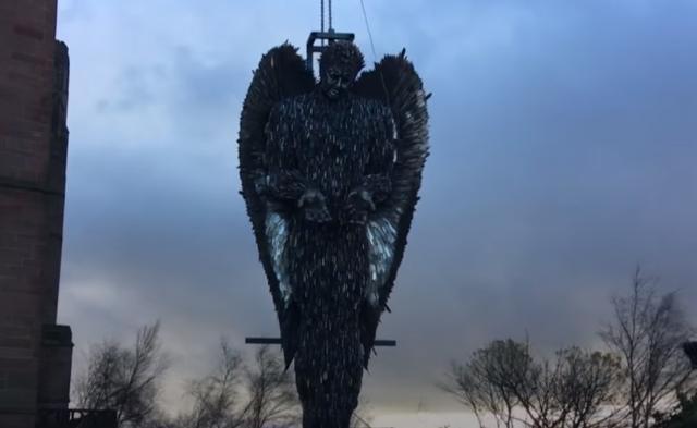 Статую ангела, сделанную из ста тысяч ножей установили в Ливерпуле