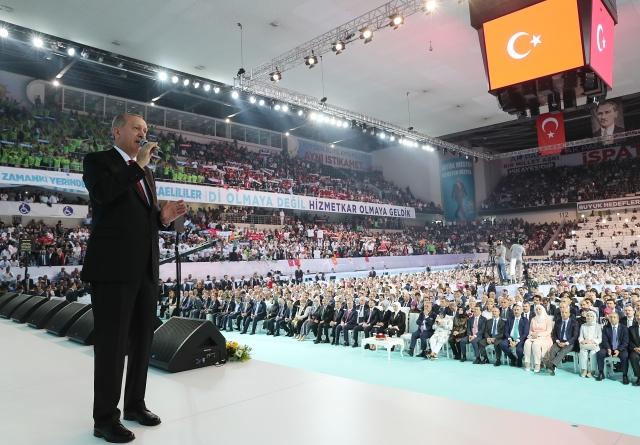 Эрдоган на шестом съезде  правящей турецкой Партии справедливости и развития (ПСР)