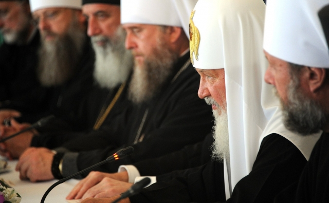 Патриарх Кирилл (второй справа) на заседании Священного Синода РПЦ