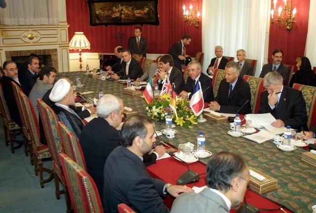 Первая встреча Ирана-ЕС-3, Дворец Са'дабад, Тегеран, 21 октября 2003 года. Министры ЕС-3 и главный переговорщик Ирана Хасан Рухани
