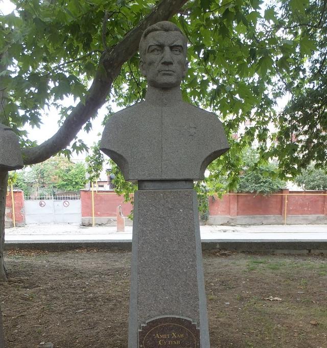 Бюст Амет-Хана Султана на Аллее Героев в Феодосии