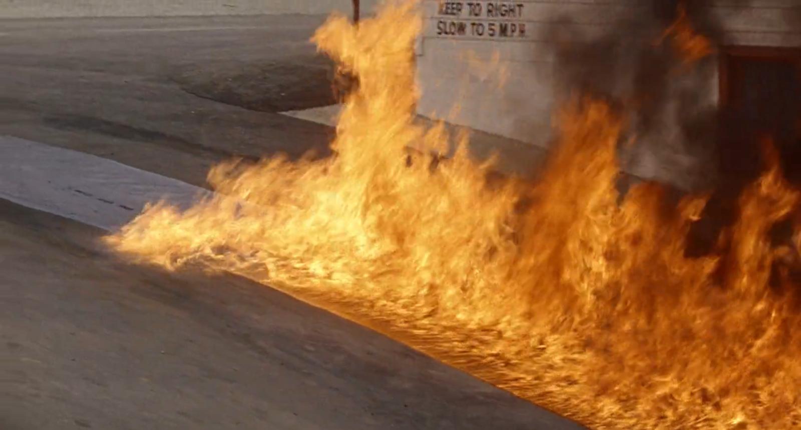 Игра с огнём. Горящий бензин