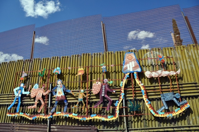 Пограничная стена США с Мексикой. Фреска под названием «Пасео Гудидад» (Парад человечества). На ней изображены трудности, с которыми сталкиваются мигранты по пути в США