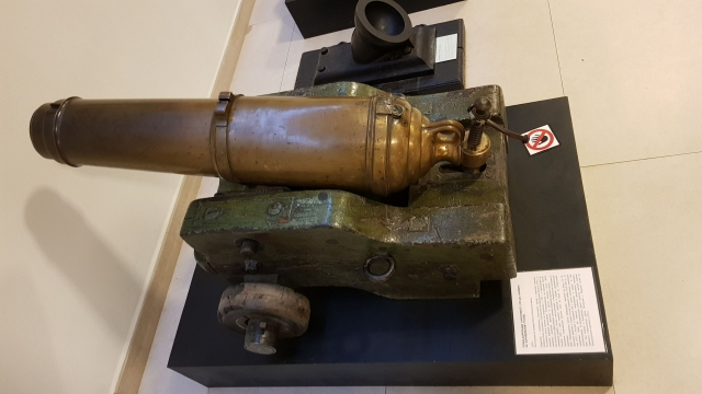 Карронада — укороченное крупнокалиберное орудие, которыми вооружались корабли в XIX веке. Предназначались для стрельбы в упор и при абордажах