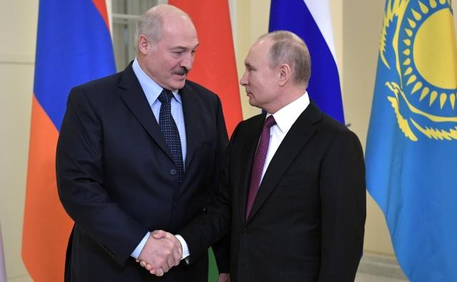 Александр Лукашенко и Владимир Путин перед началом заседания Высшего Евразийского экономического совета