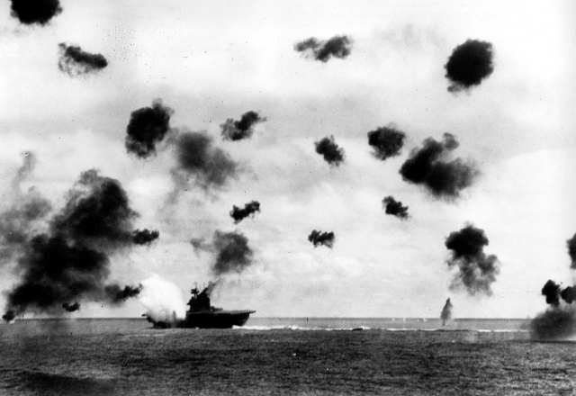 Дымящийся авианосец «Йорктаун», атакованный японским бомбардировщиком во время битвы за Мидуэй, 4 июня 1942 года