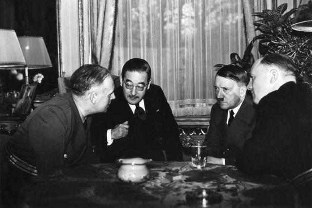 И. Риббентроп, А. Гитлер и японский посол Сабуро Курусу на переговорах в Германии