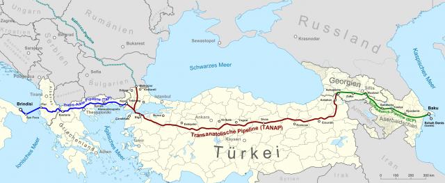 Трансадриатический (TAP), Трансанатолийский (TANAP) и южнокавказский (SCP) газопроводы (обзначены синим, красным и зелёным цветами, соответственно)