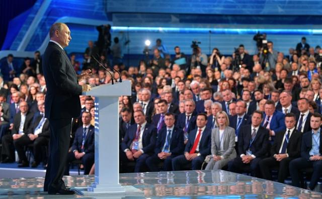 Владимир Путин выступает  на пленарном заседании XVIII съезда Всероссийской политической партии «Единая Россия»