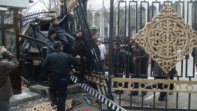 Штурм президентского дворца в Бишкеке. 2010