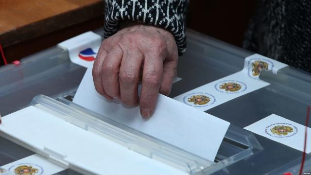 На внеочередные выборы в Армении пришли меньше половины избирателей