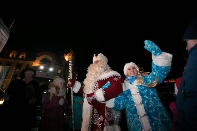 Дед Мороз со Снегурочкой приветствуют жителей города