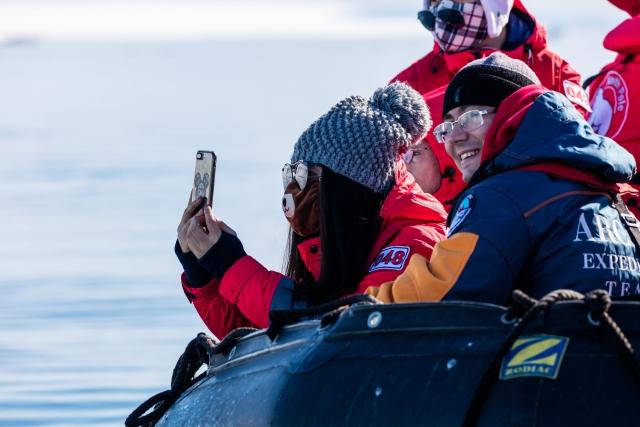 Все хотят привезти из Арктики красивые фотографии, получить их можно по-разному. Одни везут крутые фотоаппараты, другие – не заморачиваются и снимают сразу на телефоны. Для соцсетей и блогов – более чем достаточно, лайки ставят щедро