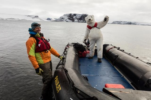 Костюм белого медведя всегда вызывает позитив у туристов. Но безопасность – всегда впереди, поэтому в лодке даже медведи должны быть в спасжилете