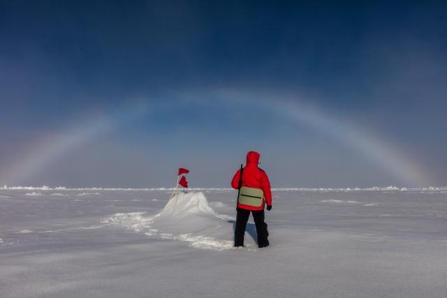 Инспектор национального парка Юлия стоит в периметре безопасности – с видом на полярную радугу