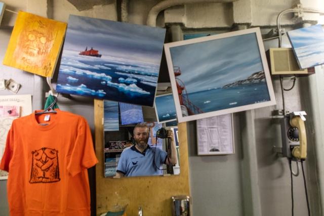 Селфи в мастерской художника Виктора Кобзева на борту атомного ледокола