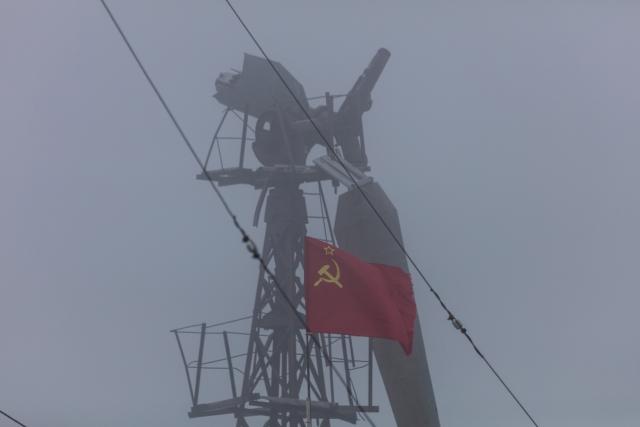 Вид на ветряк в Бухте Тихой. Когда то он снабжал электричеством станцию. Сейчас полярники перешли на более современные солнечные батареи