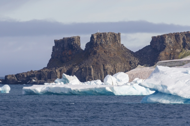 Вид на мыс Столбовой острова Рудольфа. Это самый северный остров архипелага
