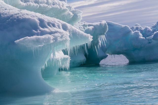 Во время лодочных прогулок туристам очень нравится проезжать рядом с айсбергами