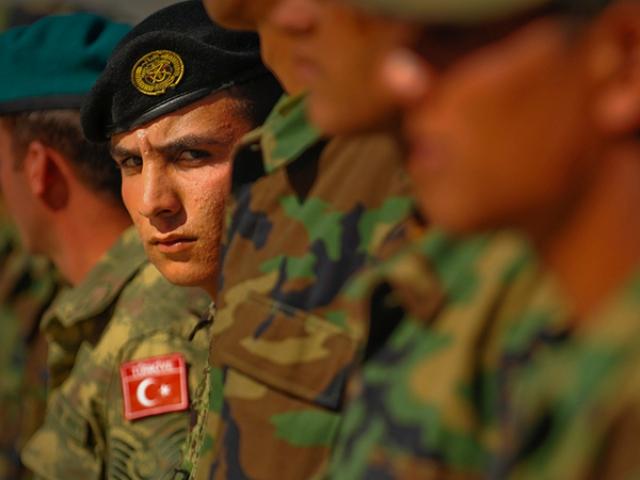 Турецкая бронетехника подтянута к сирийской границе