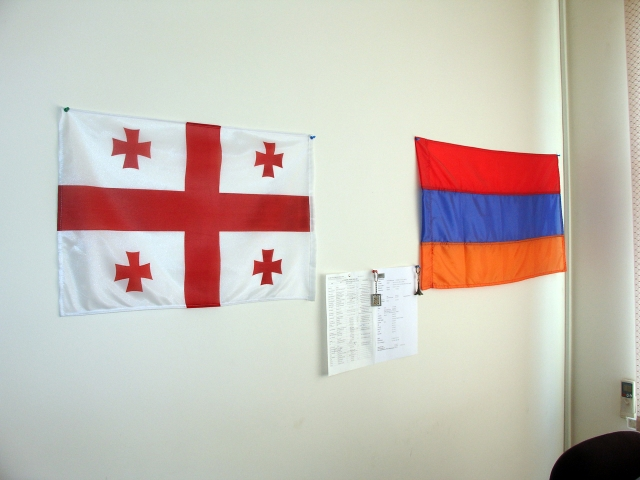 Флаги Грузии (слева) и Армении