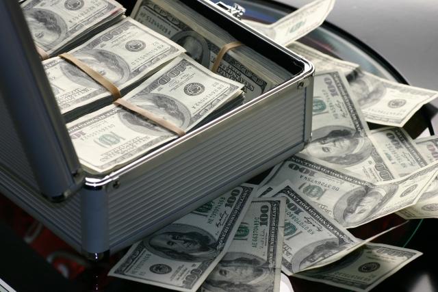 Более полумиллиона долларов высыпалось на шоссе в Нью-Джерси