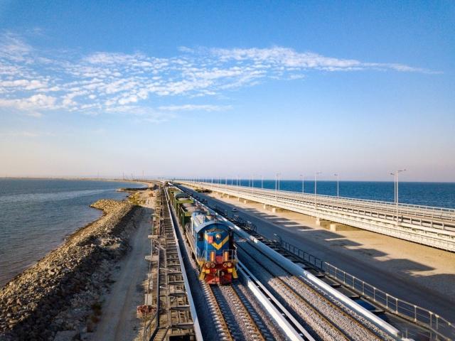 Устройство верхнего строения пути железнодорожной части Крымского моста с помощью вагонов хопер-дозаторов. Сентябрь 2018 года
