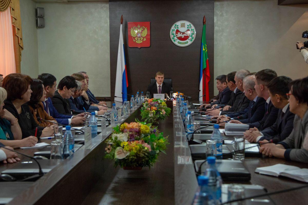 Глава Хакасии Валентин Коновалов провел заседание правительства