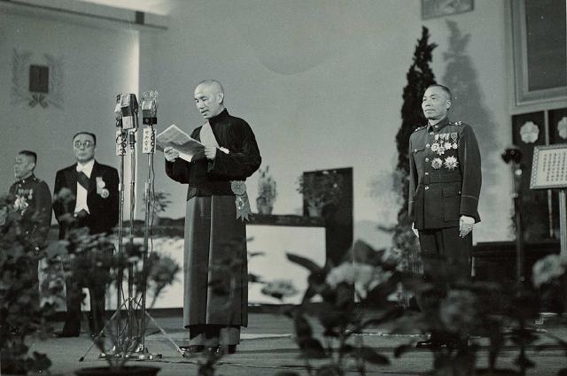 Чан Кайши (в центре). 1948