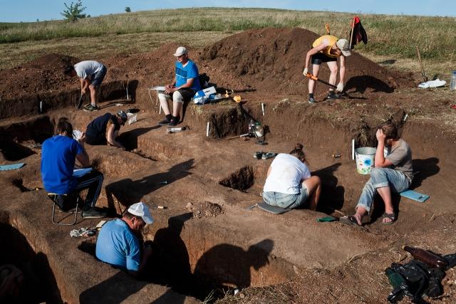 На раскопе Старосельского могильника. Могилы датируются 14-17 веками