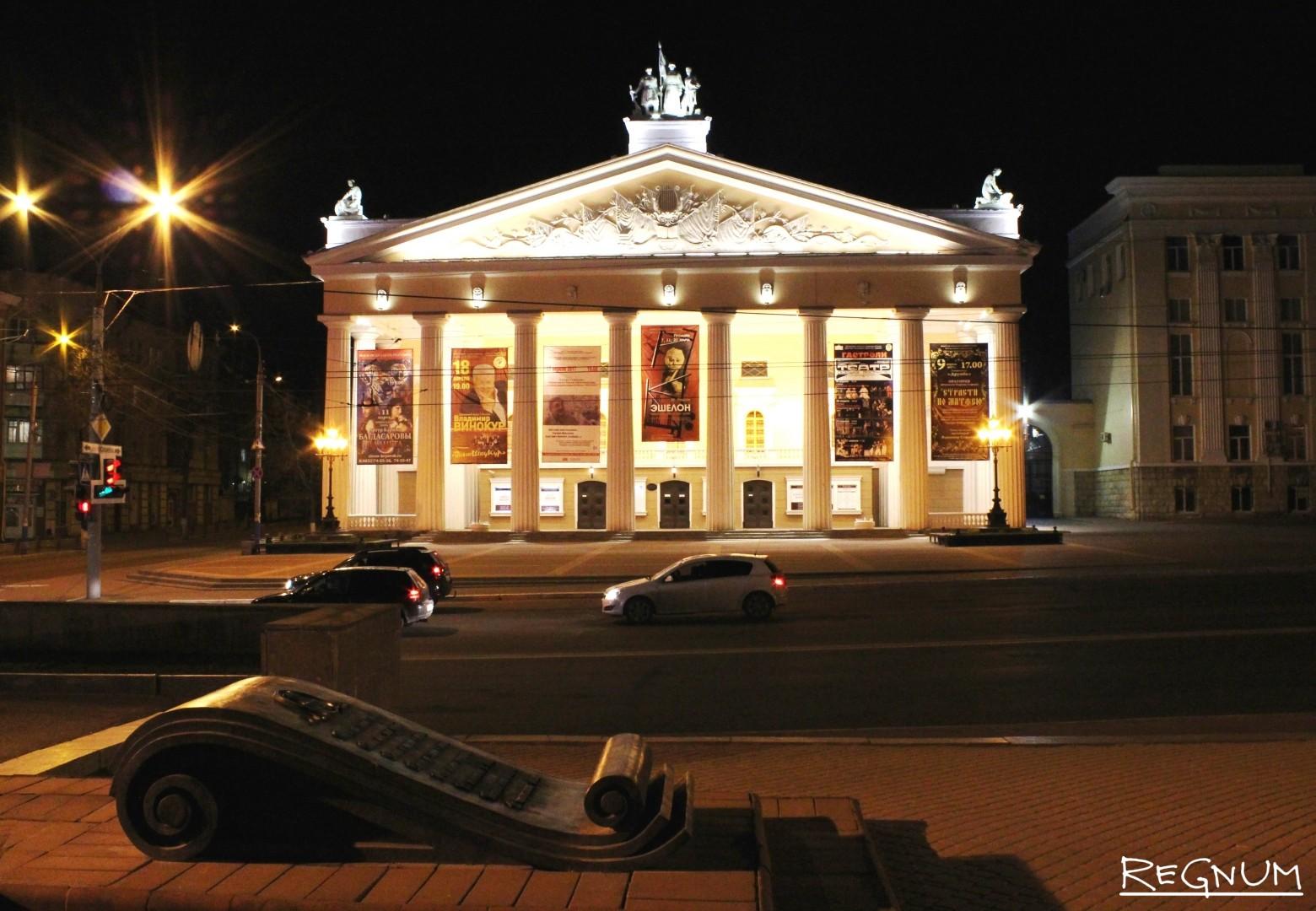 Здание театра на проспекте Ленина в Брянске