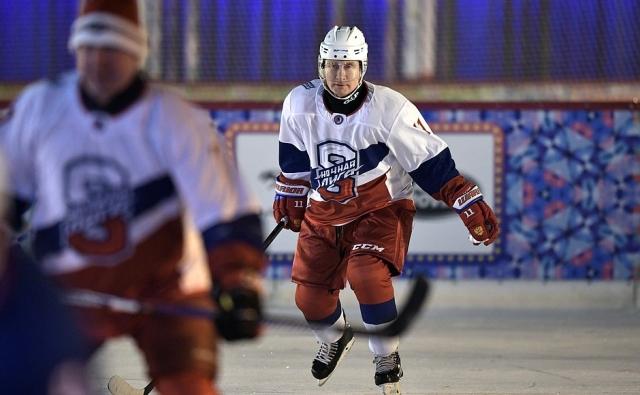 Владимир Путин сыграл в хоккей на льду Красной площади