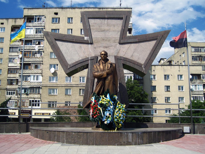 Героизация пособника нацистов  Степана Бандеры на Украине