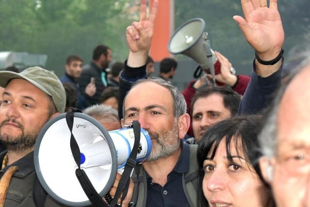Никол Пашинян в толпе митингующих