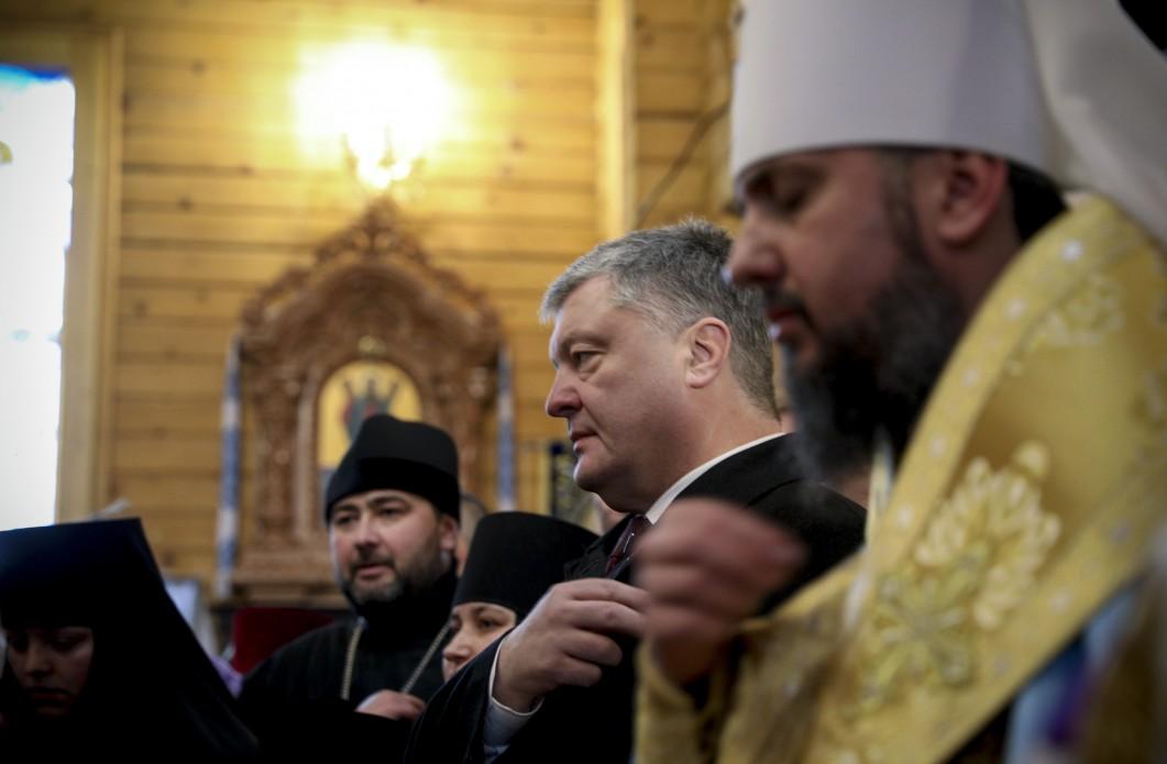 Пётр Порошенко крестится