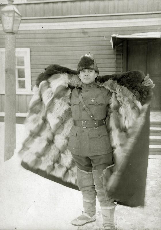 Американский офицер в меховой шинели из зимнего комплекта обмундирования англо-американских войск на Севере России разработанного Э.Шеклтоном