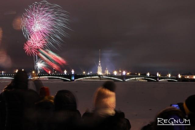 Новогодний салют дали с пляжа у Петропавловской крепости