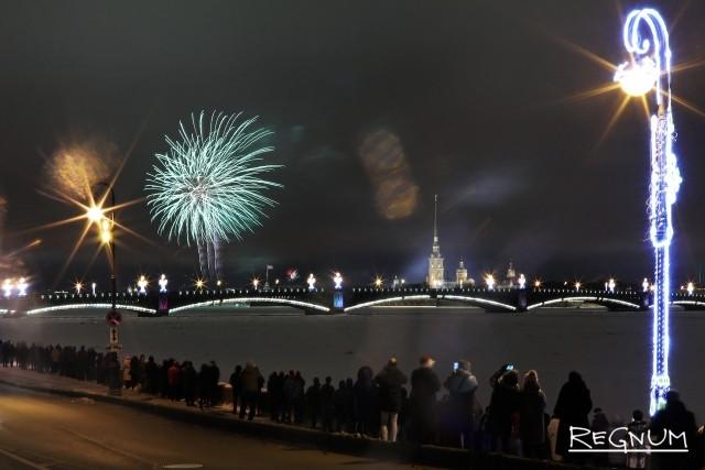 Новогодний салют в небе Петербурга
