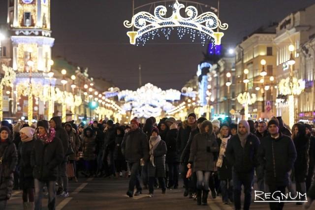Гуляющие в Новый год на Невском проспекте