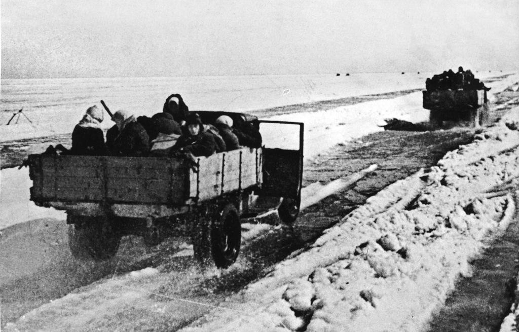 Эвакуация людей из блокадного Ленинграда на грузовиках по Дороге жизни. 1941
