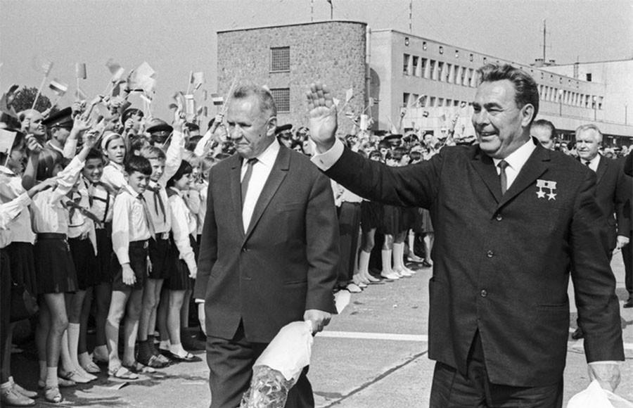 Генеральный секретарь ЦК КПСС Леонид Брежнев и председатель Совмина СССР Алексей Косыгин во время встречи в аэропорту в Венгрии. 1967