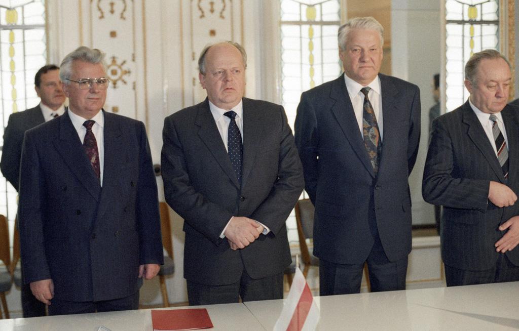 Леонид Кравчук (слева), Станислав Шушкевич (в центре) и Борис Ельцин (второй справа) после подписания Соглашения о создании СНГ